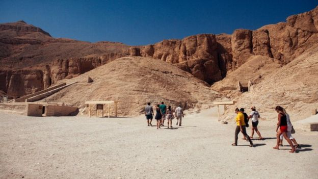 Tourists walk toward the entrance to a tomb in The Valley of the Kings in Luxor (23 October 2013)