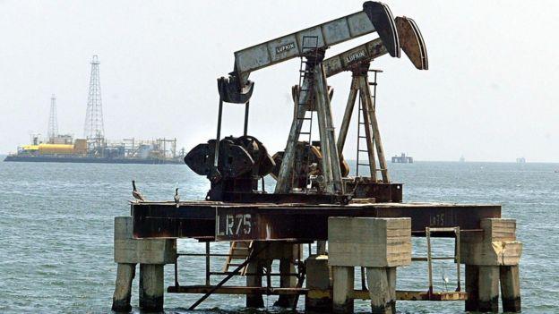 Un pozo de petróleo en el Lago Maracaibo