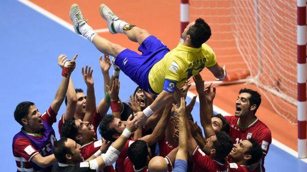 Falcao es lanzado al aire por los jugadores de Irán.