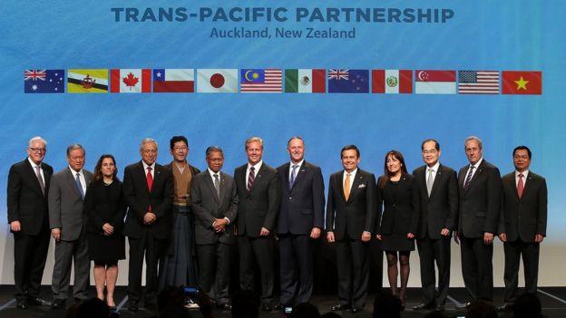Foto de familia de los representantes de los países firmantes del TPP.