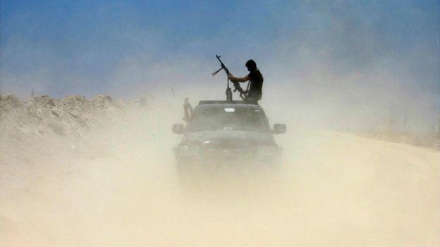 Soldado de milícia iraquiana em carro