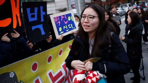 Joven surcoreana llega al lugar donde hará el examen de acceso universitario