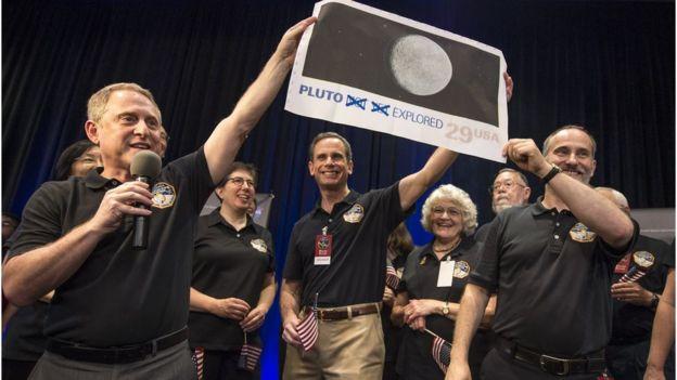 Ingenieros de la NASA a cargo de la sonda New Horizons que viajó a Plutón.