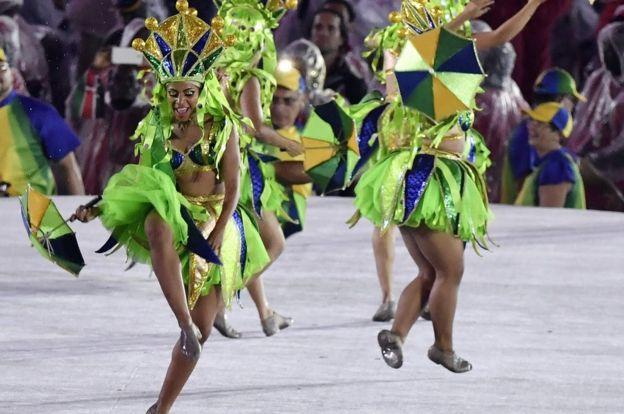 Danzarinas de samba en el Maracaná.