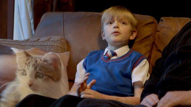 Zach en el sofá