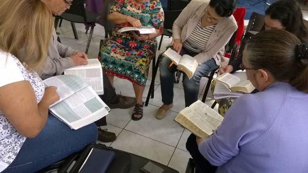 Leitura no encontro liderado por Lídia Maria de Lima
