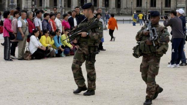 Soldados franceses patrullan las calles de París.