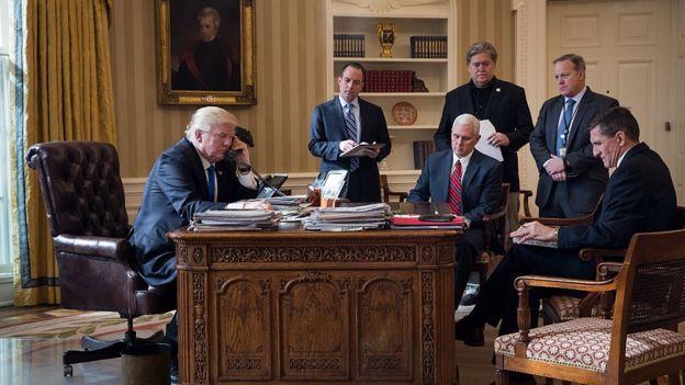 Donald Trump con su equipo de trabajo habla por teléfono en la Oficina Oval.