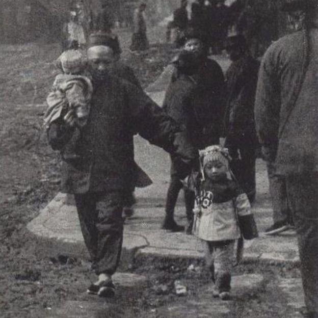 Un hombre caminando con unos niños