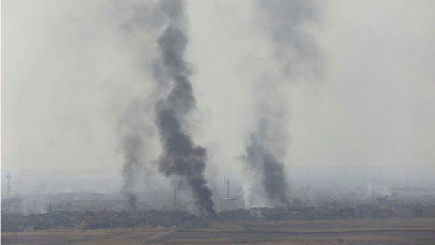 Columnas de humo se levantan en el este de Mosul tras los choques entre el Ejército de Irak y los milicianos de EI.