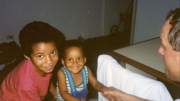 Christina e o irmão Patrik Rickardsson quando crianças