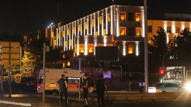 Hay reportes de 17 policías muertos en el cuartel de las fuerzas especiales de la capital.