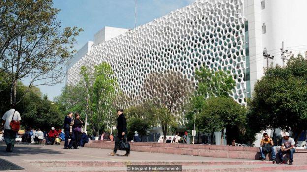 Bệnh viện Manuel Gea Gonzalez ở thành phố Mexico City được phủ một chất xúc tác để biến dioxide ni tơ thành một chất muối vô hại.