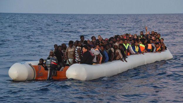 Refugiados en una balsa hinchable.
