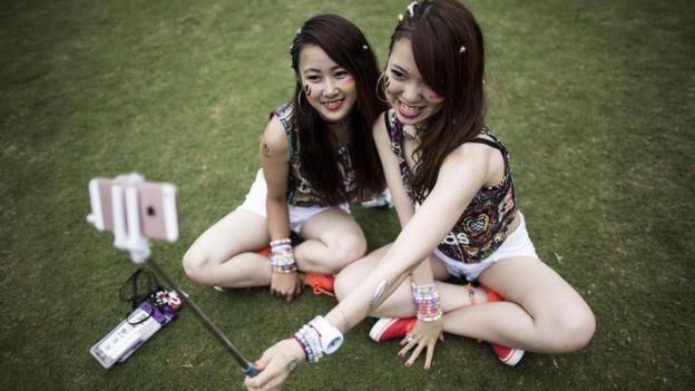 Dos jovencitas tomándose un selfie
