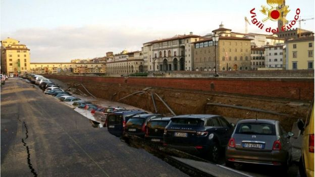 Cars in a large ditch at the side of the River Arno in Florence (25 May 2016)