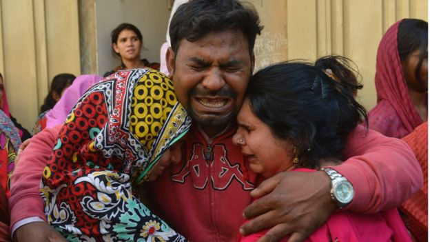 People grieve after the Taliban suicide bomb attack in Lahore on 27 March 2016