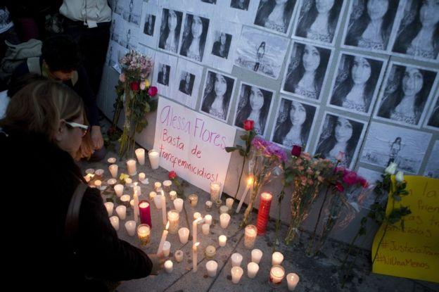 Una mujer enciende una vela en un altar improvisado en Ciudad de México honor a Alessa Flores, una activista transgénero a la que hallaron muerta en un hotel de la capital mexicana el 14 de octubre de 2016.