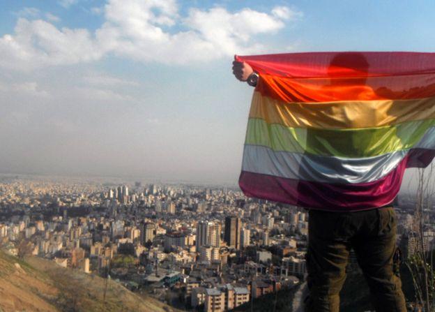 Activista con bandera gay