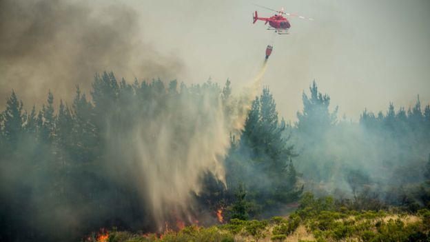 Helicotero apagando incendio en Chile