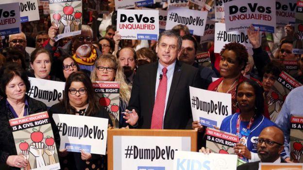 Protestas contra de DeVoss