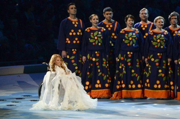 En esta foto tomada el viernes 7 de marzo de 2014, Julia Samoilova canta durante la ceremonia de inauguración de los Juegos Paralímpicos de 2014 en Sochi, Rusia.