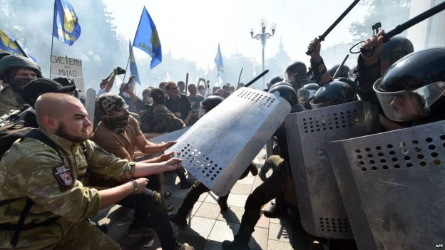 Protesters in Kiev try to seize riot gear from the security forces