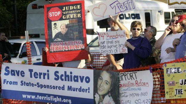 Manifestantes a favor de mantener a Terri Schiavo con vida.