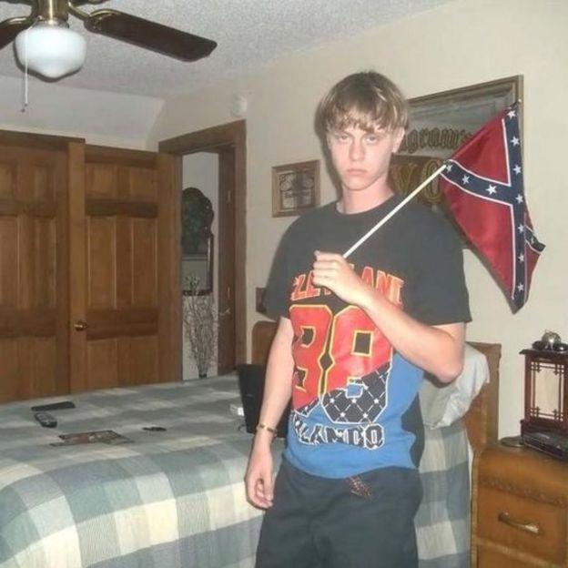 Dylann Roof con la bandera confederada.