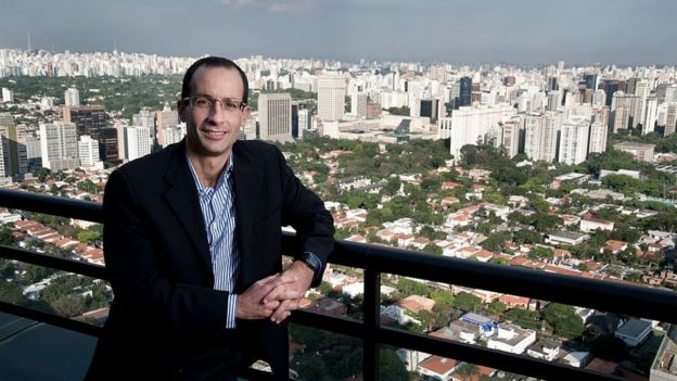 Marcelo Odebrecht posa y detrás de él la vista de varios edificios.
