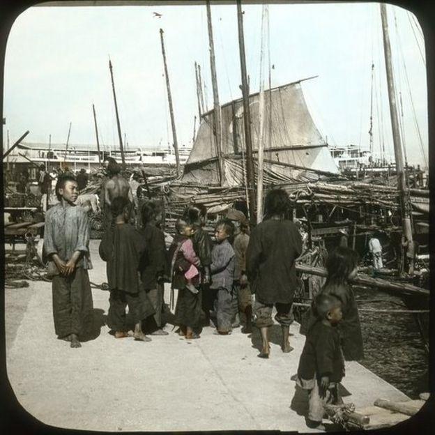 上環干諾道中的渡輪碼頭和泊岸帆船和小艇。