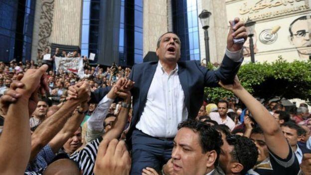 فى مُسلسل ترويع اصحاب الرأى المخالف للنظام -السجن مع إيقاف التنفيذ لنقيب الصحفيين السابق في مصر