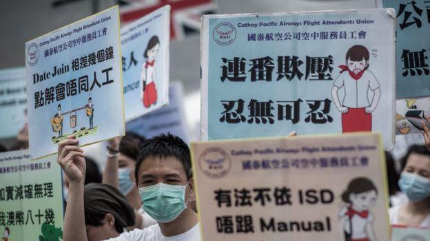 國泰乘務員在香港機場國泰城總部集會抗議待遇不公(5/2015)