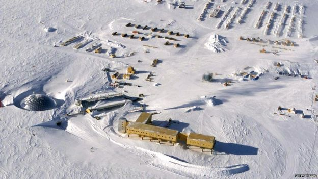 Aerial view of the US Amundsen-Scott base at the South Pole (31 October 2002)