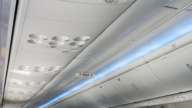 El techo de la cabina de un avión