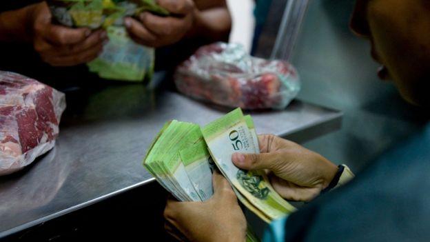 Venezolano comprando carne.