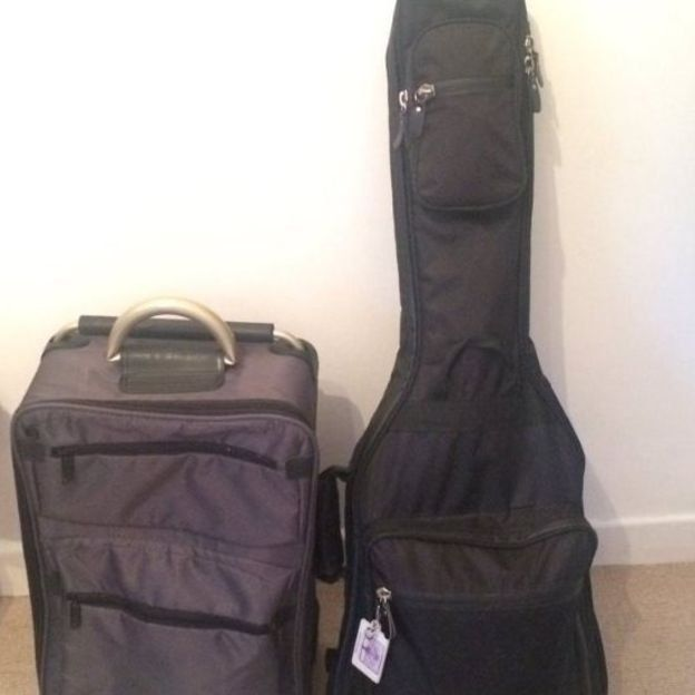Una maleta y una guitarra