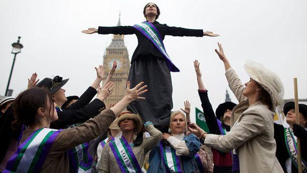 Manifestantes vestidas de sufragistas.