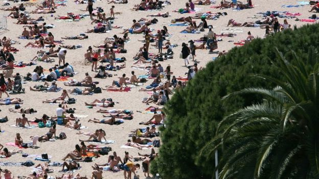 Gente en la playa en Cannes