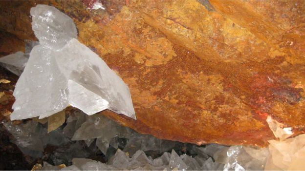 Cristais e a parede de caverna