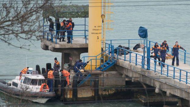 Спасатели ищут в море в районе Сочи тела погибших и обломки самолета