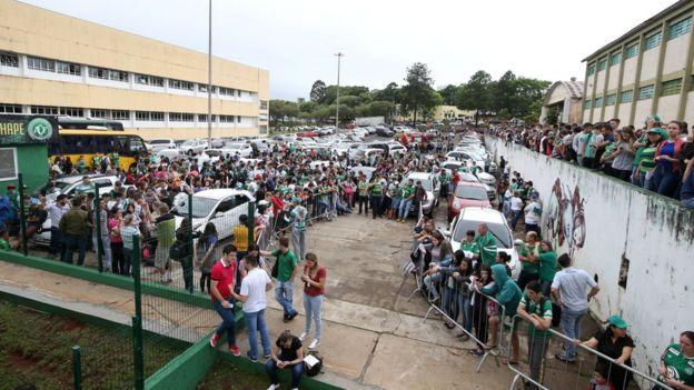 Pessoas na sede da Chapecoense