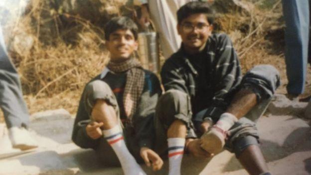 Ambarish Mitra (derecha) con un amigo, cuando vivía en un barrio pobre.