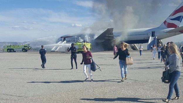 Passengers flee from the plane 09 September 2015