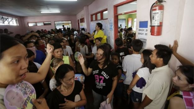 Filipinos wait for their turn to vote at a crowded polling centre in Manila, Philippines (9 May 2016)