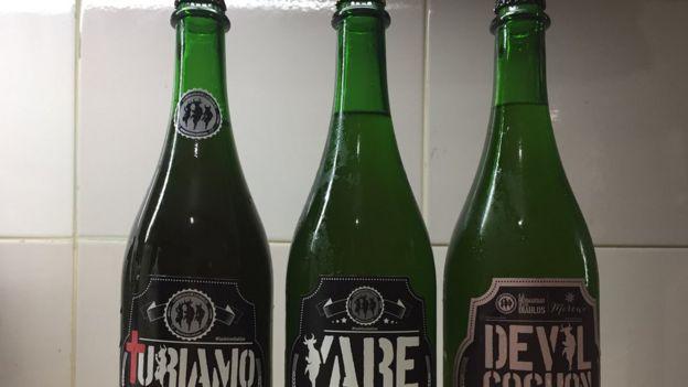Tres botellas de cerveza