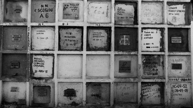 Bóvedas de NN y otros cuerpos en el cementerio de Puerto Berrío.