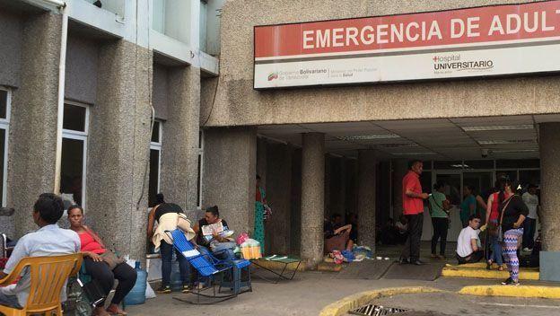 En el Hospital Universitario de Maracaibo los familiares de los pacientes deben esperar afuera, en el calor.