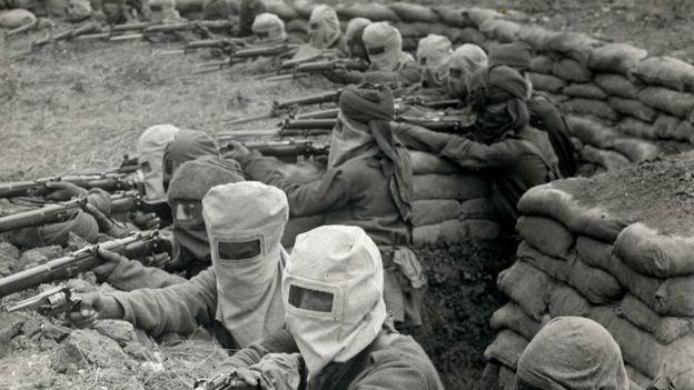 گیس ماسک پہنے انڈین سپاہی خندق میں