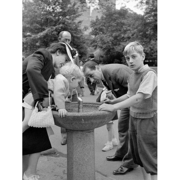 Família em bebedouro no Central Park, em Nova York, em 1942